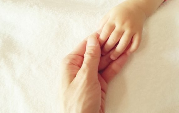 あかちゃんと握手